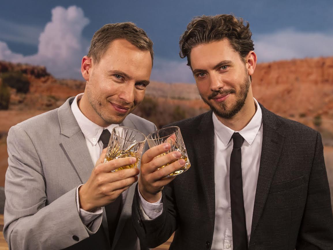 Værter på Emmy-dækningen er Frederik Dirks Gottlieb og Kasper Lundberg