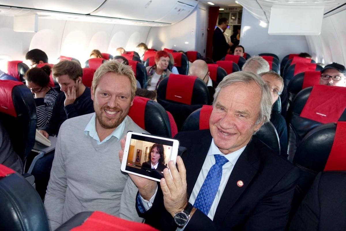 Norwegians topchef Bjørn Kjos demonstrerer live tv. Foto: Norwegian