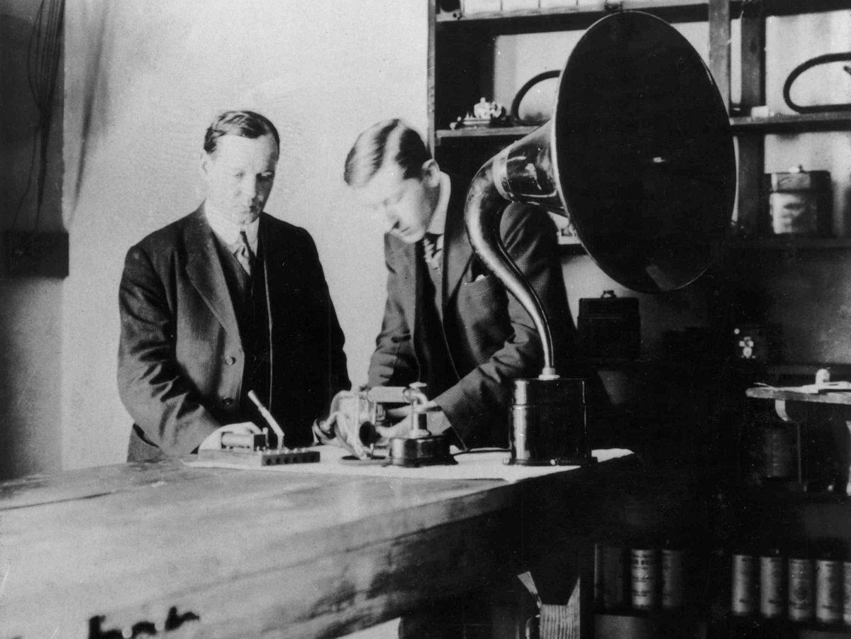 Peter L. Jensen ved højttaleren Magnavox. Foto: audiohistory.com