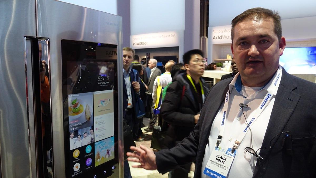 Claus Holm fra Samsung viser Samsungs Smart køleskab.