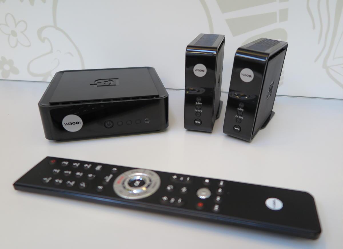 Gruppebillede: Waoo TV-boks tv. og access points øverst th. Foto: recordere.dk
