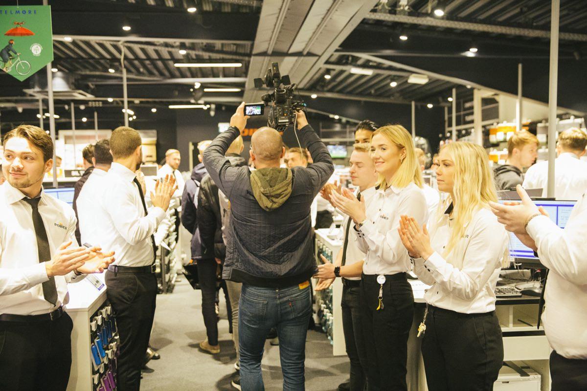 40057d97791 De første kunder klappes ind i butikken – og følges tæt af medierne. Foto:  Power